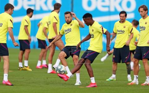 FÚTBOL BARCELONA Messi salta al césped en el entrenamiento del Barcelona en el Camp Nou