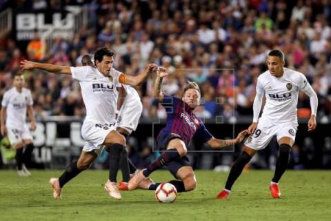 FÚTBOL FINAL COPA DEL REY El Barça sale con Semedo y Coutinho; el Valencia con Wass, Rodrigo y Gameiro