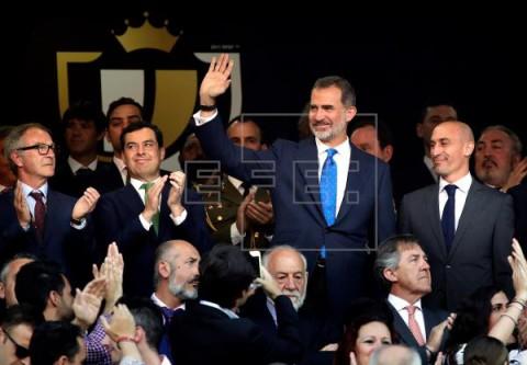 FÚTBOL FINAL COPA REY Un sector de la afición del FC Barcelona pita el himno; la del Valencia aplaude
