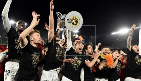 FÚTBOL VALENCIA  El Valencia ganó el título que no quería