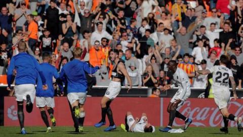 FÚTBOL VALENCIA-HUESCA  2-1. Piccini salva al Valencia en el 93 y hunde a un buen Huesca