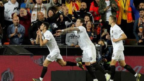 FÚTBOL VALENCIA-LEVANTE 3-1. El buen segundo tiempo del Valencia dictó sentencia en el derbi